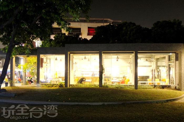 夜晚燈火通明的「飛夢林青年咖啡館」成了公園裡最耀眼的存在。/玩全台灣旅遊網特約記者阿辰攝