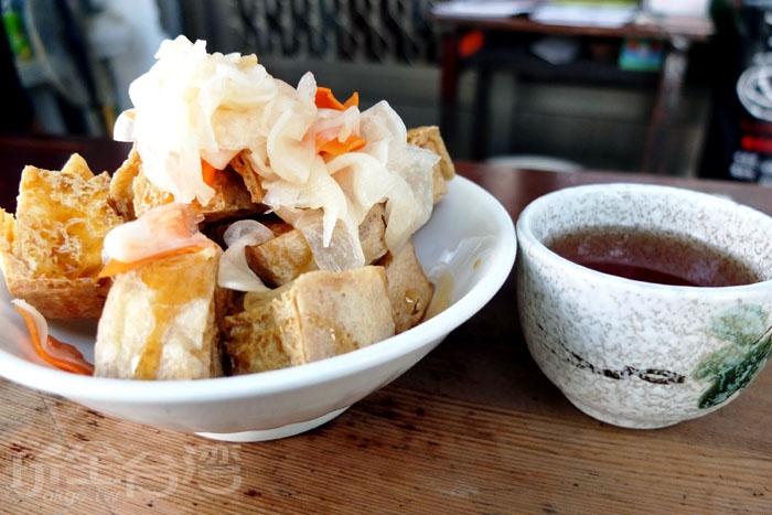 來吃臭豆腐還可以喝到麥茶,當地人下午茶很愛來這裡吃,而店家用特製的白蘿蔔泡菜和獨門醬汁是美味關鍵。/玩全台灣旅遊網特約記者阿辰攝