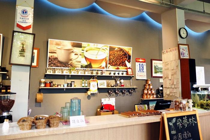 空氣中飄散著沖泡咖啡的陣陣香氣,拿了菜單選好餐點再來櫃台處點餐。/玩全台灣旅遊網特約記者阿辰攝