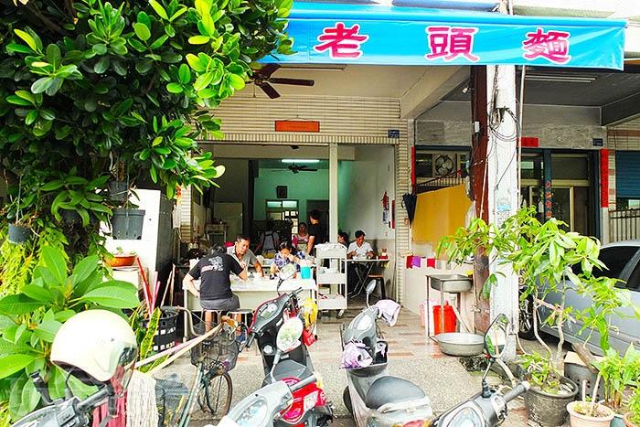 每當早上六點一開門營業,會陸續走進絡繹不絕的人潮,店內或門口騎樓下的座位常常被坐滿,生意真的很好。/玩全台灣旅遊網特約記者阿辰攝