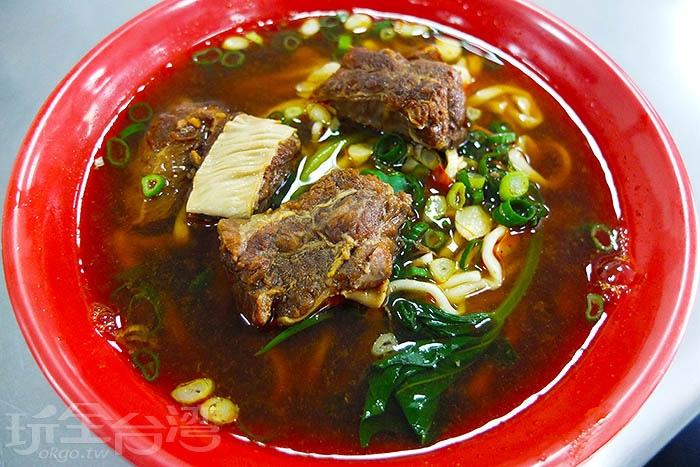 道地眷村口味的牛肉麵,帶筋牛肉多又大塊,肉質軟嫩不柴,因為浸泡在湯裡,讓每塊牛肉一咬下便流出好多汁呢。/玩全台灣旅遊網特約記者阿辰攝
