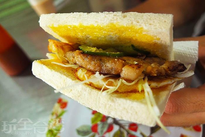 一份麥香雞夾蛋土司賣35元,是鎮店招牌,幾乎桌桌必點的熱銷品。份量實在的手工自製麥香雞肉是其中的靈魂配料,和煎蛋、高麗菜絲、小黃瓜片搭配,亦有塗在土司上的新鮮奶油與胡椒粉交疊著鹹香鹹香的風味,越吃越動心,一口接一口停不下來。/玩全台灣旅遊網特約記者阿辰攝
