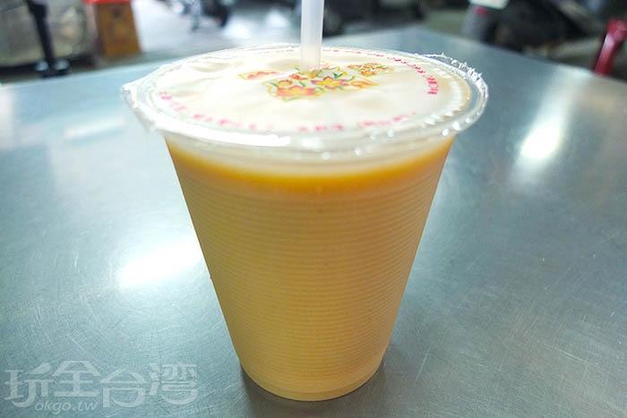 利用紅茶與咖啡牛奶獨門調配的奶茶評價最高,奶味香濃,入口的茶香與奶香美妙交融,其中自然流露出來的咖啡香氣佔滿口腔中、美滿了味蕾。/玩全台灣旅遊網特約記者阿辰攝