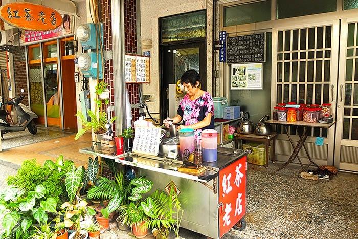 「紅茶老店」在市區廣東路巷子內默默賣了30多年,是在地熟客口中的隱藏版古早味紅茶。/玩全台灣旅遊網特約記者阿辰攝