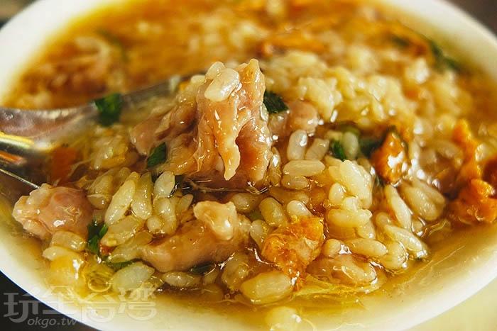 泡進肉羹裡的炒飯,入口濕潤好嚼,兩者味道非常密合,米粒的紮實與油香依舊在。/玩全台灣旅遊網特約記者阿辰攝