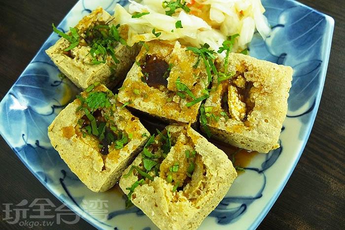 每一塊臭豆腐都有驚人體型,天然蔬果發酵製成,口味、口感獨特,讓不少在地人一吃成主顧。/玩全台灣旅遊網特約記者阿辰攝
