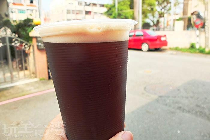 仔細一看,每一杯紅茶上層均佈有泡沫喔!好有古早味泡沫紅茶的樣子呢。/玩全台灣旅遊網特約記者阿辰攝