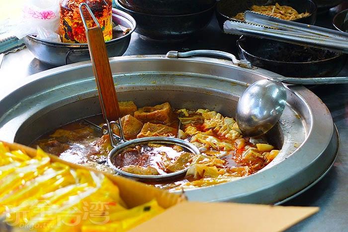 餐臺上熬煮著麻辣滷臭豆腐的鍋底,光用看的我舌頭都麻了.../玩全台灣旅遊網特約記者阿辰攝