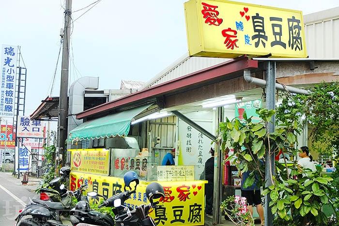 外皮酥脆的臭豆腐咬起來卡滋作響,特調醬料佈滿柔軟內層,伴隨著香菜與泡菜更襯風采。/玩全台灣旅遊網特約記者阿辰攝