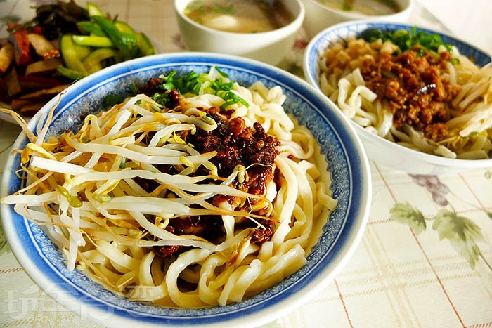 早期從屏東眷村發跡的眷村美食,在地一賣40多年,傳承老一輩的私房老滋味,無論是麻醬麵、醡醬麵、小菜還是蛋湯都很值得一嚐。而內行人才知道的必吃美味還有他們家的秘製招牌辣油,只需加一小匙,不論搭配各式麵食或小菜,絕妙滋味瞬間倍增。/玩全台灣旅遊網特約記者阿辰攝
