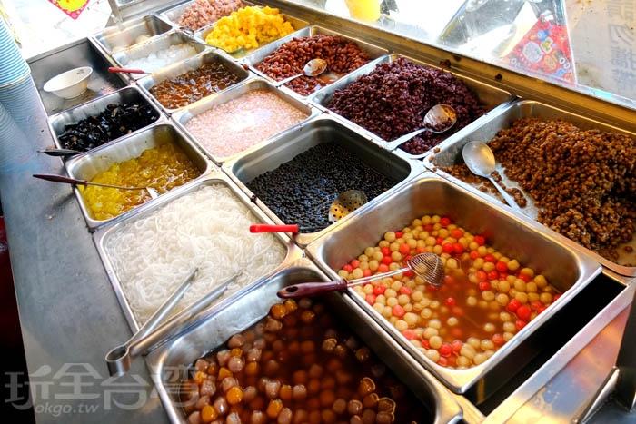 櫃台處擺放著紅豆、綠豆、花豆、芋頭、仙草、粉條、粉粿、湯圓、珍珠…等等超過十幾種冰品配料,各個極具水準。/玩全台灣旅遊網特約記者阿辰攝