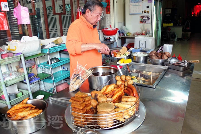 從小吃到大的常客們應該很熟悉這位態度親切的黑輪伯,坐在這裡吃黑輪也能感受到滿滿的人情味喔。/玩全台灣旅遊網特約記者阿辰攝