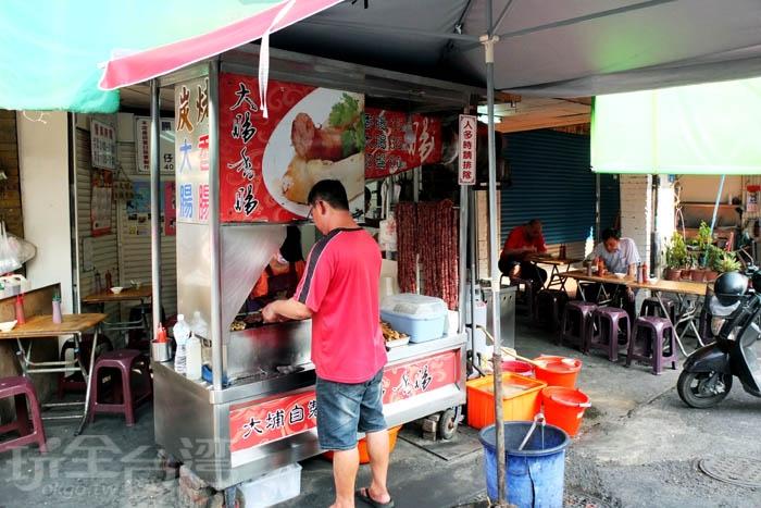 午後兩點開始,遠遠就能聞到炭烤香氣,是當地人下午茶好去處。/玩全台灣旅遊網特約記者阿辰攝