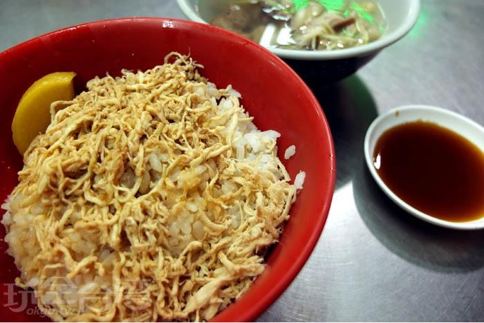 蓋滿雞絲的雞肉飯一直是我從小到大記憶裡難忘的屏東夜市美食之一。/玩全台灣旅遊網特約記者阿辰攝