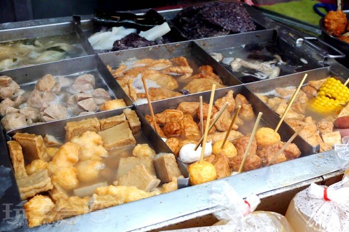 攤子上的九宮方格內煮著米血、黑輪、油豆腐、玉米、魚丸、海帶、香菇…等等十多種食材煮物,選擇性很豐富喔!/玩全台灣旅遊網特約記者阿辰攝