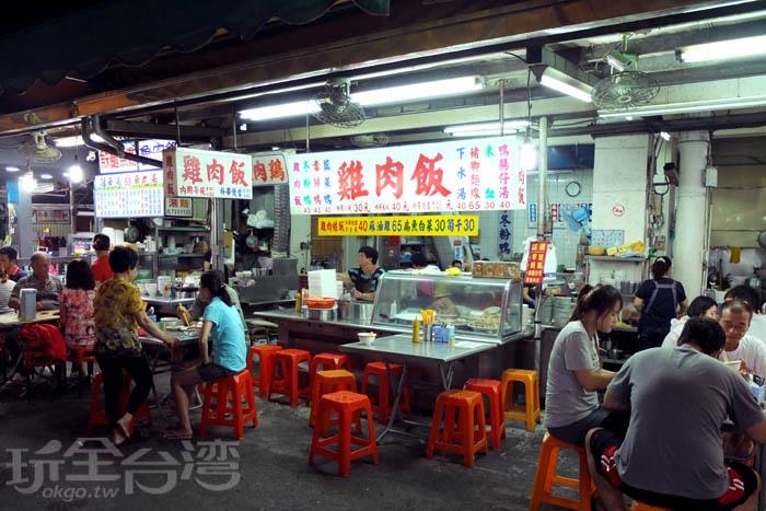 從早到晚、甚至是半夜總能看到這家雞肉飯的攤位前坐著用餐人潮。/玩全台灣旅遊網特約記者阿辰攝