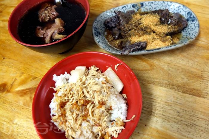 點個小碗雞肉飯和當歸鴨湯,再加一盤米血,百元內可一次滿足,CP值好高的一餐!/玩全台灣旅遊網特約記者阿辰攝