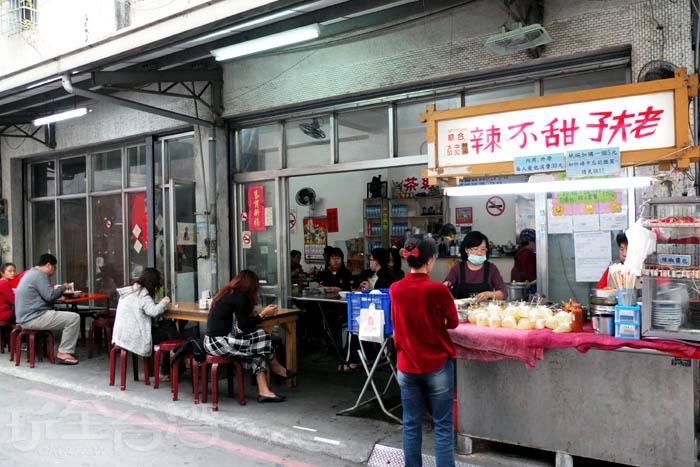 「老夫子甜不辣」位在百貨商圈的鬧區巷弄裡,被許多美食節目採訪過,名聲紅到外縣市。/玩全台灣旅遊網特約記者阿辰攝