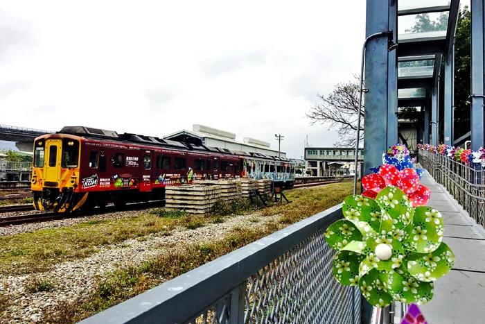 火車與風車互相轉動形成浪漫的景色/竹東動漫園區-蘑菇森林保衛戰提供