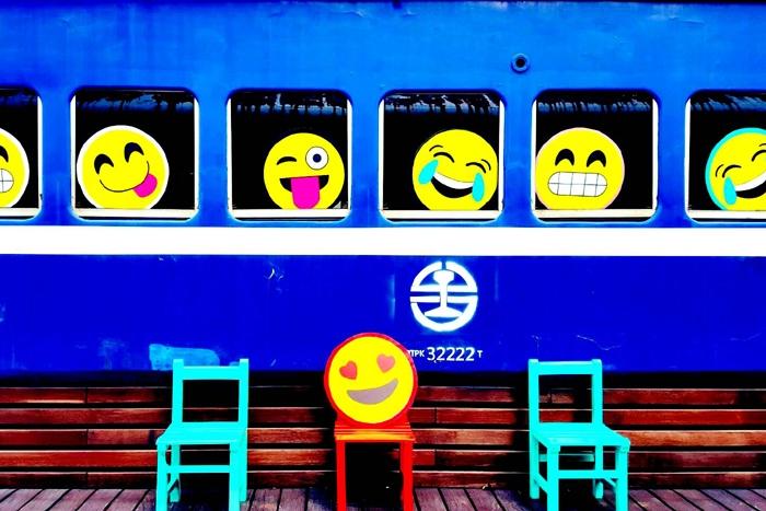 轉個彎坐上未來之驛(火車車廂)  ,台鐵舊車廂煥然而出的兩座魔法列車,倘佯在舊火車車廂,留戀時光凍結的美感。
