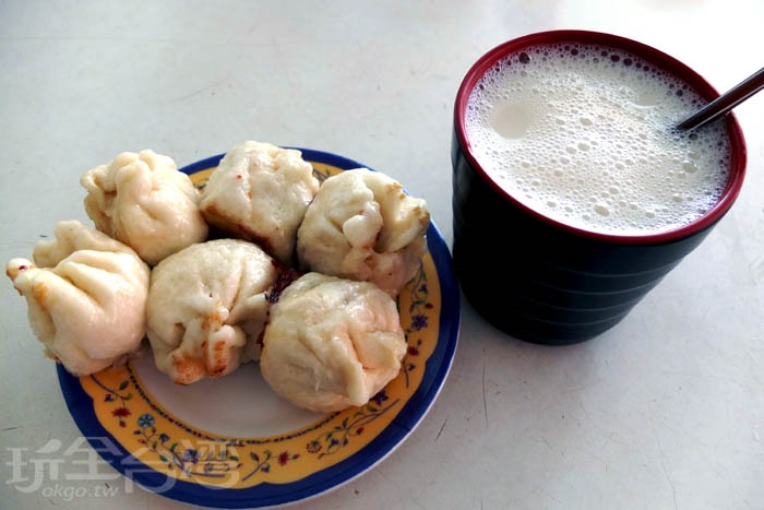 屏東人數一數二的早餐組合,生煎包配上豆漿,補滿一整天的活力。冰豆漿一杯10元,豆香濃郁,甜味不會太甜,和生煎包相搭很對味。/玩全台灣旅遊網特約記者阿辰攝