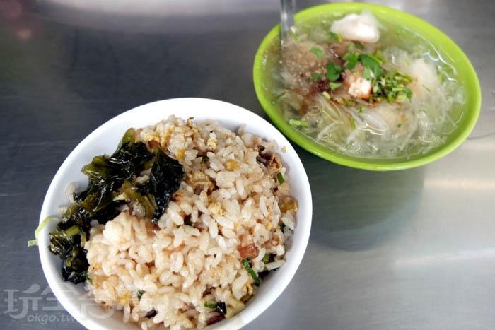 這家的蛋炒飯因為有加入蒜頭炒香,蒜香濃郁,十分特別,米飯粒粒分明不油膩,再加點酸菜會更好吃喔!/玩全台灣旅遊網特約記者阿辰攝