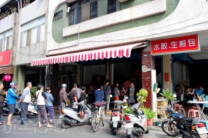 以生煎包這一味吸引眾多饕客大排長龍,就算排隊排上半個小時也要吃到。/玩全台灣旅遊網特約記者阿辰攝