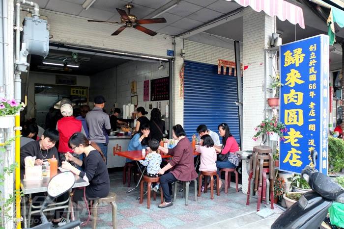 圖說:這家老字號【歸來肉圓老店】位在屏東市歸來地區,生意比起同條路上的肉圓店都還要更好。將原味肉圓融入當地特產養生牛蒡而成的牛蒡肉圓是店裡獨有特色。/玩全台灣旅遊網特約記者阿辰攝