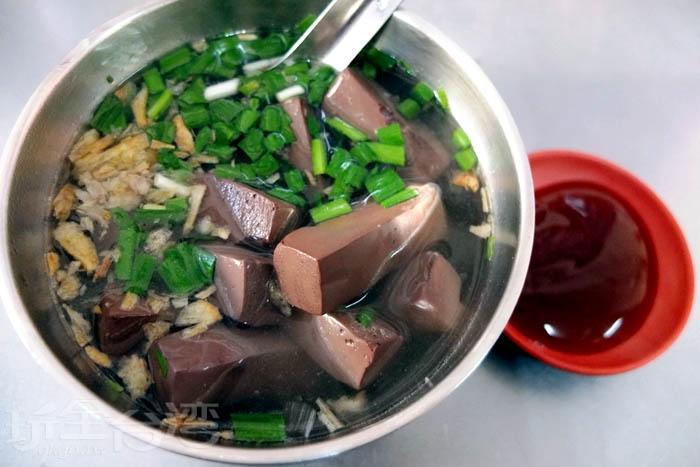 搭配豬血湯也是在屏東吃肉圓具特色的組合吃法,整碗湯裝了滿滿的豬血塊,鮮甜脆口,處理好無腥味,這樣一碗只賣20元而已。/玩全台灣旅遊網特約記者阿辰攝