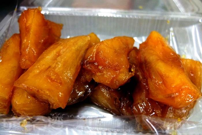 番薯糖使用塑膠盒裝,很適合帶著走,邊走邊吃邊逛屏東夜市。/玩全台灣旅遊網特約記者阿辰攝
