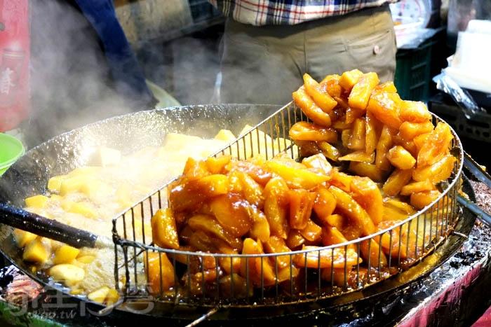 小攤子上煮著一大鍋金光閃閃的番薯糖,光用看的就好誘人啊!/玩全台灣旅遊網特約記者阿辰攝