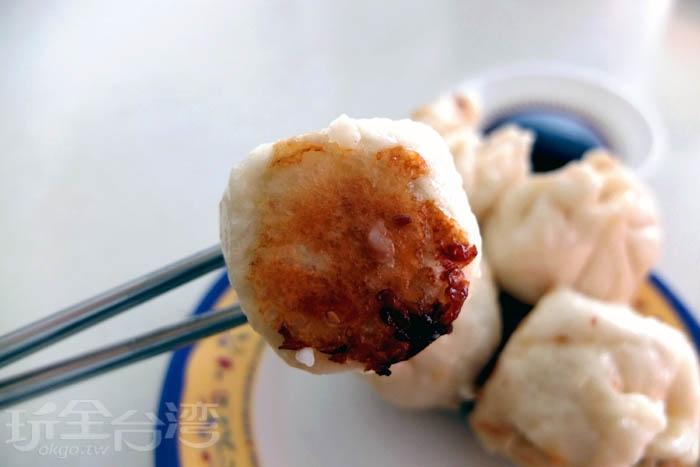 外皮底部煎成焦黃色,焦香迷人,口感保有酥度,而麵皮Q軟卻不會一咬就爛,鮮香的湯汁鎖在肉餡裡,味道清爽。/玩全台灣旅遊網特約記者阿辰攝