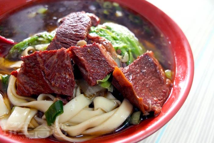 麵條口感好,吸滿濃郁甘甜的紅燒牛肉湯汁,而牛肉塊香氣入味,帶有嚼勁,青菜的陪襯也使得整碗牛肉麵多幾分清爽順口。/玩全台灣旅遊網特約記者阿辰攝