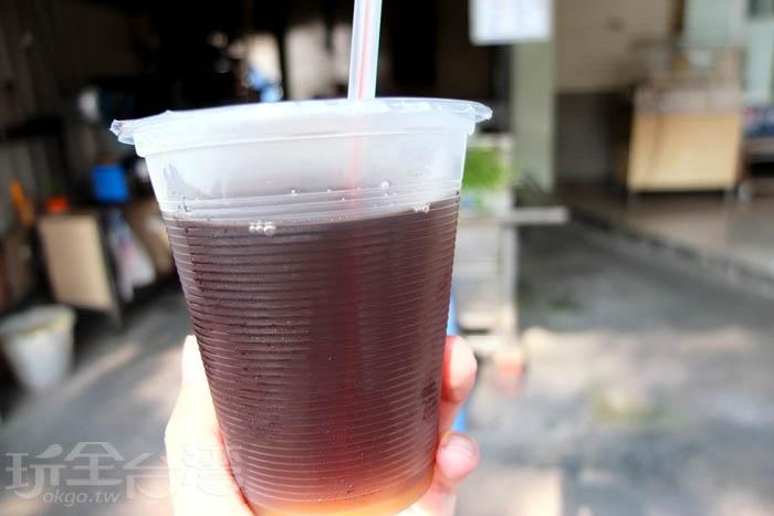耐不住屏東熱情的酷暑,一拿到這杯青草茶馬上先喝了一大口,這才想起自己還沒拍照…清涼爽口又退火的青草茶可是以冰塊降溫,保持新鮮度。/玩全台灣旅遊網特約記者阿辰攝