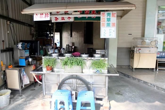 簡單擺設的傳統小攤子,延續著50年的好味道,賣的品項很簡單,只有青草茶、紅茶、冬瓜茶和檸檬水這四樣飲品,相當古早味。/玩全台灣旅遊網特約記者阿辰攝
