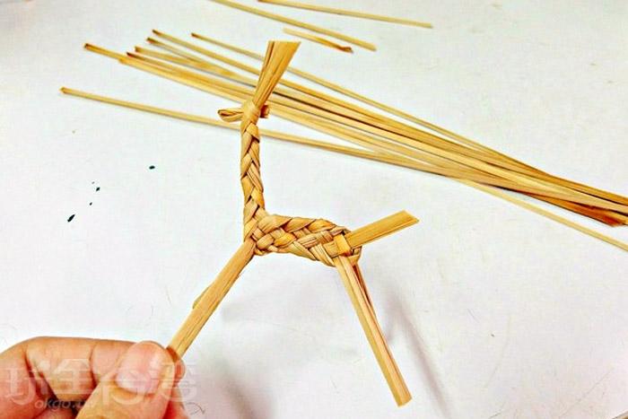 藺草編織體驗活動,透過自己雙手DIY編織出可愛動物。/玩全台灣旅遊網特約記者阿辰攝