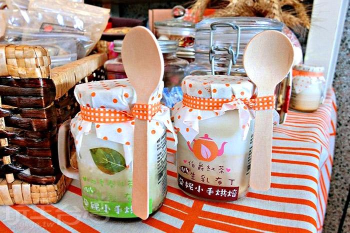 搖搖生乳布丁,玻璃瓶身迷你可愛,木湯匙用橘色綁帶繫著。/玩全台灣旅遊網特約記者阿辰攝