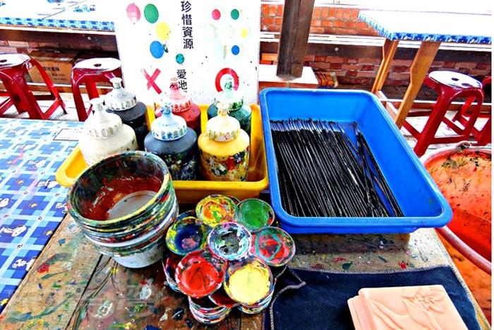 現場提供壓克力顏料、水、調色盤、水彩筆,讓人彷彿回到童年的美術課。/玩全台灣旅遊網特約記者阿辰攝