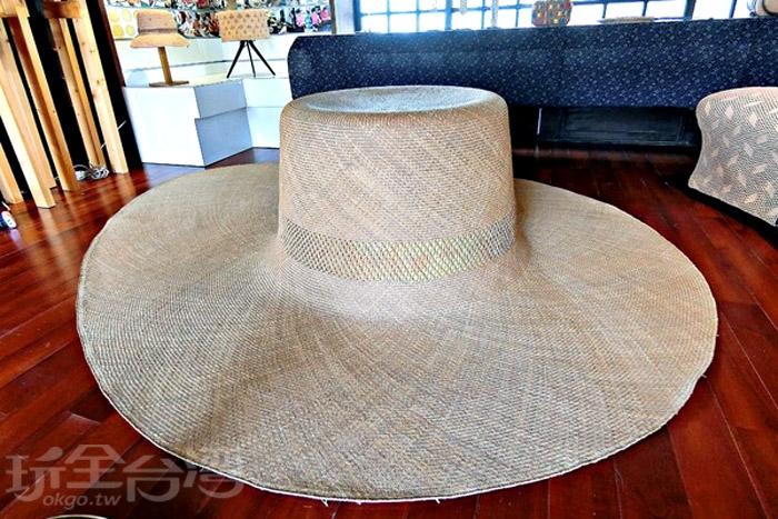 這頂用藺草編織的工藝品,大到讓人嘆為觀止。/玩全台灣旅遊網特約記者阿辰攝