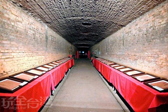 隧道窯裡有磚雕主題展可欣賞,作品大多以世界各地磚雕建築為構思。/玩全台灣旅遊網特約記者阿辰攝