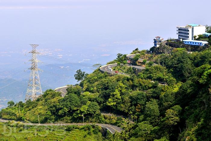 站在海拔約1000公尺太平雲梯上,視野極佳,可遠眺嘉南平原直至台灣海峽/玩全台灣旅遊網特約記者阿辰攝