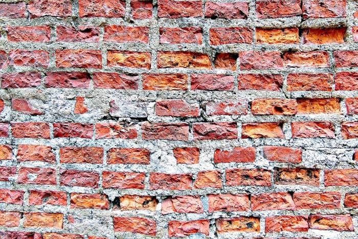 磚牆之間白色部分,以蚵仔殼、糯米汁、黑糖汁結合而成。/玩全台灣旅遊網特約記者阿辰攝
