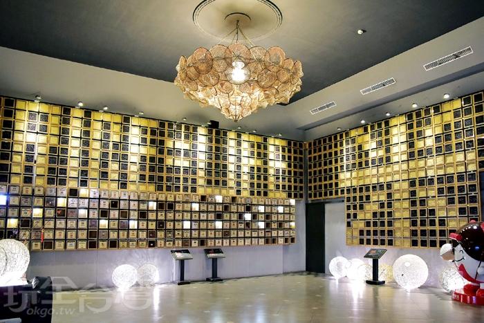 榖堡大廳,用白米以及紫米作成展示牆,並排成大大的〝米〞字和〝RICE=LIFE〞的字樣。/玩全台灣旅遊網特約記者阿辰攝