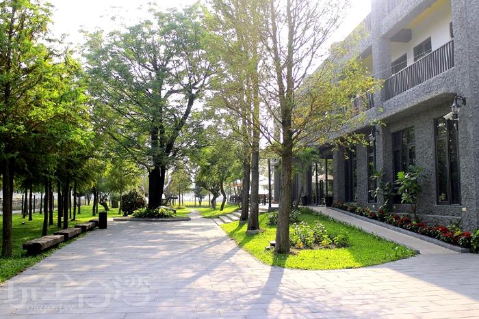餐廳內還有寬闊、綠意盎然的庭園/玩全台灣旅遊網特約記者阿辰攝