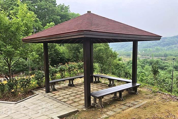 再往上走一點,可以在涼亭內遠眺梅山宜人景色/玩全台灣旅遊網特約記者阿湖與阿釵攝