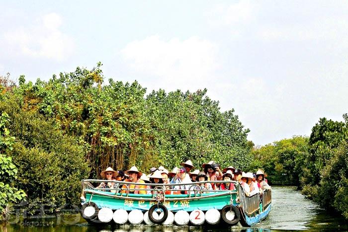 四草綠色隧道,戴斗笠乘坐竹筏,體驗生態之旅。/玩全台灣旅遊網特約記者阿辰攝