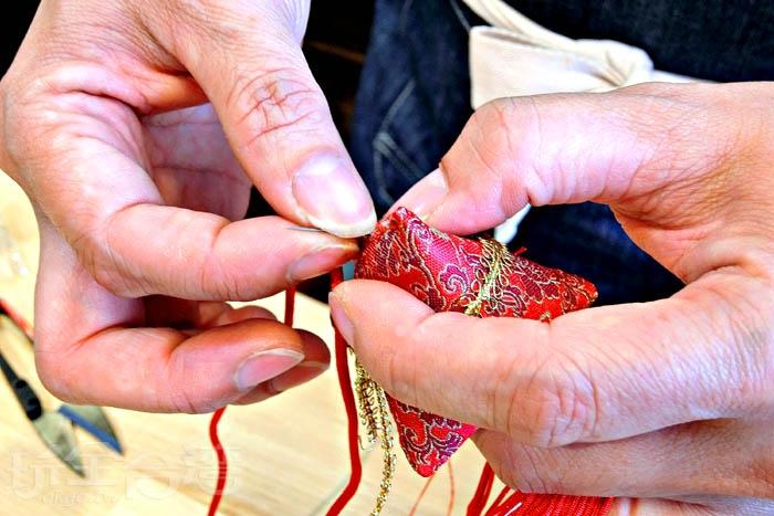 運用自己靈活巧手,完成小巧玲瓏的香包。/玩全台灣旅遊網特約記者阿辰攝