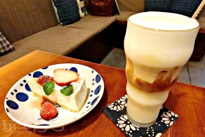 草莓生乳酪蛋糕,濃郁的乳酪有著綿,遇上酸甜的草莓,冰卡布奇諾,咖啡香醇,配上淡淡奶香,喝起來十分順口。/玩全台灣旅遊網特約記者阿辰攝