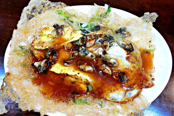 安平蚵仔煎邊邊吃起來脆口,蚵仔新鮮無腥味,搭配蛋、青菜一起吃,相當合拍。/玩全台灣旅遊網特約記者阿辰攝