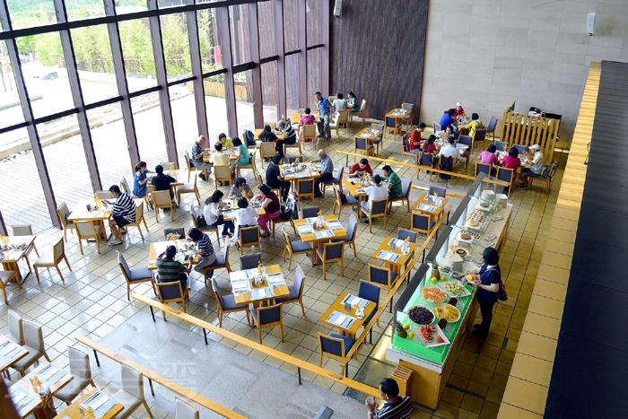 礁溪老爺酒店-雲天自助餐廳位於飯店B1,共有250個座位。/玩全台灣旅遊網特約記者阿辰攝
